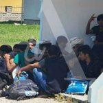 PRATI IH POLICIJA Migranti krenuli pješke prema Prijedoru