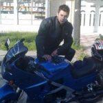 Motorista udario u banderu, pao na asfalt, a onda ga pregazio BMW