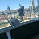 VJEŽBAJUĆI JOGU PALA SA TERASE Trenirala na ogradi balkona, pa slomila 110 kostiju (FOTO)