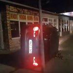 MJEŠTANE PROBUDIO UDAR Srušio semafor, prevrtao se po trotoaru i zaustavio kod pekare (VIDEO)