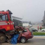 Žureći na posao preticao kolonu i podletio pod kamion