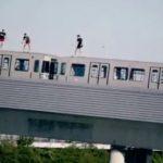 SNIMAK HORORA ZAPALIO DRUŠTVENE MREŽE: Tinejdžeri skočili u Dunav iz voza u pokretu (VIDEO)