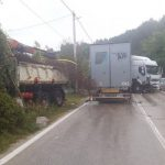 HAOS NA PUTU Direktan sudar dva kamiona, jedan vozač teže povrijeđen