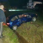 Smrskan automobil nakon slijetanja s puta