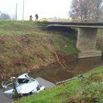 Probili ogradu na mostu i SLETJELI U RIJEKU, dvije osobe TEŠKO POVRIJEĐENE (FOTO)