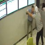 PRERUŠIO SE I KRENUO U POHOD Prokockao pare pa se vratio da opljačka kladionicu (VIDEO)