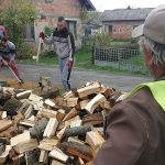VRIJEDNI VOLONTERI IZ KOZARSKE DUBICE Ogrijevno drvo za siromašne i bolesne, paketići za djecu