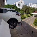 Zamalo pala automobilom sa trećeg sprata (VIDEO)