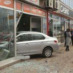 OVO SE NE VIĐA ČESTO Djevojka vozilom uletjela u izlog banjalučke prodavnice (FOTO)