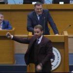 CIRKUSANTI Stanivuković i Vukanović pravili selfije u Skupštini (VIDEO)