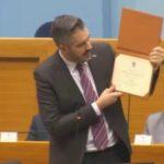 VUKANOVIĆU POSTAVIO IZAZOV Ministar Rajčević pred poslanicima pokazao SVE SVOJE DIPLOME (VIDEO)