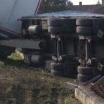 KAMION ULETIO U DVORIŠTE Šleper sletio sa puta, ostavio dio grada bez struje (FOTO)