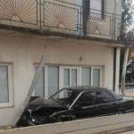 """MLADIĆ (19) HITNO PREVEZEN U BOLNICU Sletio s puta i """"mercedesom"""" udario u porodičnu kuću"""