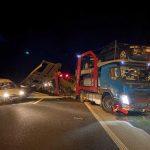 Pijanom vozaču iz BiH na autoputu ispala auta koja je prevozio (FOTO)