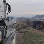 Kamion se prevrnuo nakon sudara s autom, povrijeđena žena