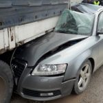 Audijem podletjela pod kamion zaustavljen pored ceste