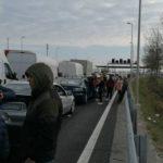Dijaspora u kilometarskoj koloni ispred austrijsko-mađarske granice (VIDEO)