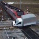 "Stravičan snimak udesa: Voz ""raznio"" kamion (VIDEO)"