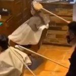 Frizura u doba korone: Kinezi o kosi klijenata brinu - na daljinu! (VIDEO)