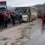 Težak sudar autobusa i kamiona, povrijeđen vozač