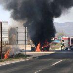 Izgorio auto na putu