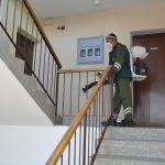 U organizaciji tima za dezinfekciju koji djeluje u okviru Štaba za vanredne situacije grada Prijedora, ponovo se vršena dezinfekcija haustora, ulaza i stubišta u stambenim zgradama.