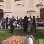 LJUDI, PA ŠTA JE VAMA?! I pored svih apela - KOLO ispred crkve i šok reakcije ljudi! (VIDEO)
