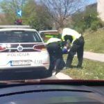 Nije imala rukavice i masku: Pogledajte kako se djevojka opirala policiji (VIDEO)
