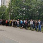 Narod čeka dolazak vladike Јoanikija ispred Osnovnog suda u Nikšiću (VIDEO)