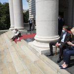 NASTAVILI ŠTRAJK GLAĐU Protest opozicionara i vladajućih na stepeništu skupštine u Beogradu