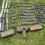 U plastičnom buretu pronađene bombe, trombloni i municija