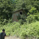 MJEŠTANI KLAŠNICA U STRAHU Ovo je kuća iz koje su migranti policiji PRIJETILI PIŠTOLJEM (FOTO)