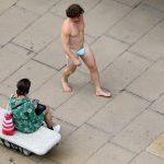 Goli muškarac prošetao centrom Londona, zaštitnu masku nosio na pogrešnom mjestu