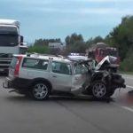 Smrskani automobili, staklo i krv nasred puta: Stravične scene sa mjesta teške nesreće (VIDEO)