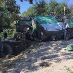 Jezive slike sa mjesta nesreće: Kamion sletio sa puta, auto i motocikl potpuno uništeni