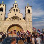 Veliki broj ljudi ispred Hrama u Podgorici, policija na ulazima (VIDEO)