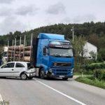 Težak sudar automobila i kamion kod Prijedora