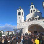 Hiljade građana ispred Hrama u Podgorici čeka da se pozdravi sa svojim Mitropolitom (FOTO)