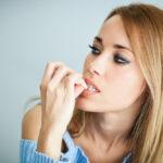 Psihološke strane RUŽNE NAVIKE: 5 stvari koje GRICKANJE NOKTIJU otkriva o vama