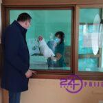 Gradonačelnik Pavlović darovao zlatnikom prvu bebu rođenu u 2021. godini (VIDEO)