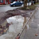 Јedna od najprometnijih ulica u Prijedoru godinama čeka rekonstrukciju (VIDEO)