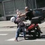 PESNICA U KACIGU Pješak pretrčavao ulicu, pa nasrnuo na moticiklistu, policajac odmah pritrčao (VIDEO)